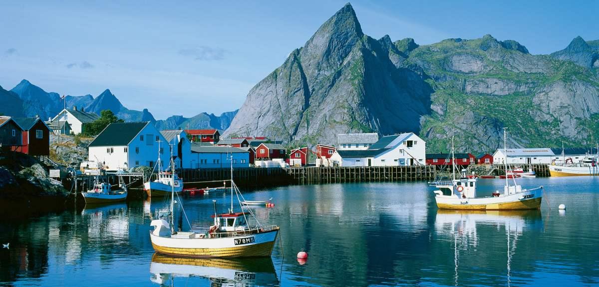 fishing-boats-hamnoy-lofoten-norway